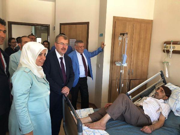 Bakan Bey ve Eşi Servis Hasta Ziyaretinde